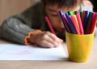 Leerling die tekent