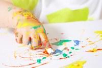 Kind aan de slag met vingerverf
